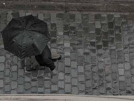Homem caminha no bairro Paris/Londres, em Santiago