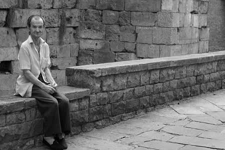 Um senhor no Barri Gotic, em Barcelona