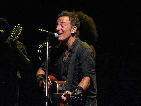 "Bruce ao violão canta ""Working on a Dream"""