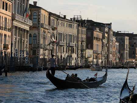 Uma gondola na paisagem de tirar fôlego de Veneza