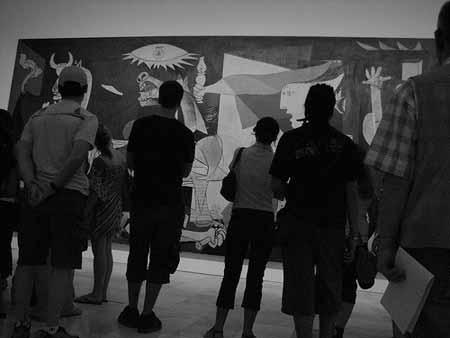 """Uma multidão admira o """"Guernica"""" de Pablo Picasso"""