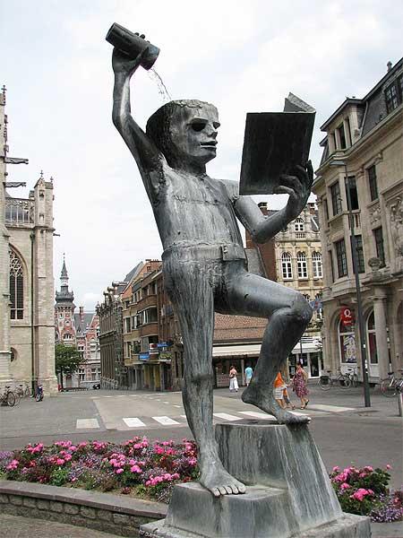 Agora é melhor esfriar a cabeça como essa estátua em Leuven, na Bélgica