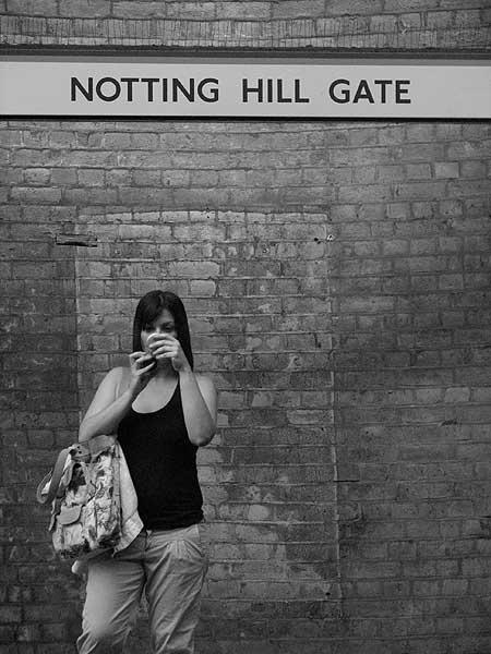 Uma garota no metrô em Notting Hill, Londres
