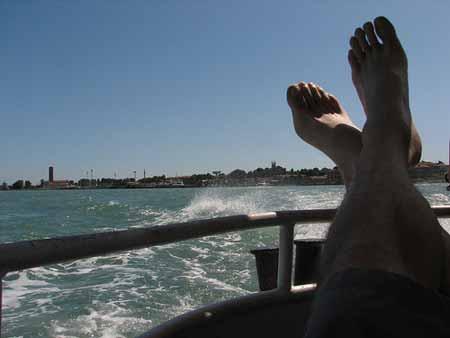 De pés ao vento no Grande Canal de Veneza
