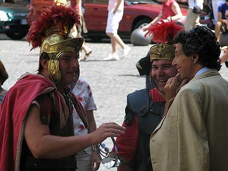 Romanos na frente do Pantheon em Roma