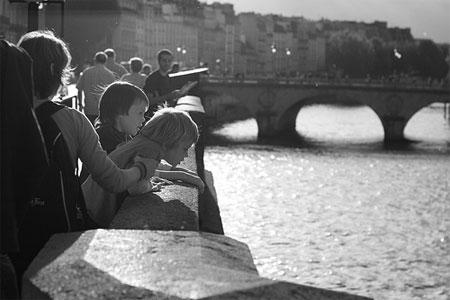 Observando o Rio Sena em Paris