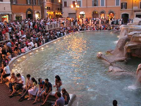 A Fontana de Trevi, mesmo sem a Anita, completamente lotada