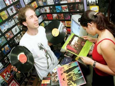 André posa com vinis na Velvet CDs para uma reportagem