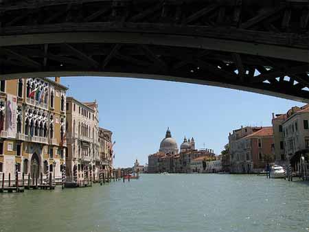 Por baixo de uma ponte em Veneza