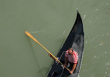 Um gondoleiro em Veneza